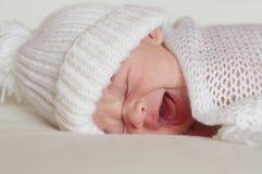 Schreien neugeboren im weißen Hut Stockbilder