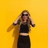 Schreiende elegante Frau in der Sonnenbrille Lizenzfreie Stockfotos