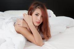 Schreiende Frau auf Bett Stockbild