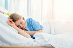 Schreiende Frau beim Lügen im Krankenhausbett Stockbild
