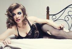 Schreiende Frau, die in das Bett viel schreit legt Stockfotos