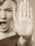 Schreiende Frau, die Geste macht Stockbild