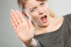 Schreiende Frau, die Geste macht Lizenzfreie Stockbilder