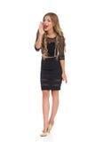 Schreiende Frau im schwarzen eleganten Kleid Lizenzfreie Stockfotografie