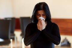 Schreiende Frau mit Abwischen am Begräbnis in der Kirche Lizenzfreies Stockfoto