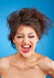 Schreiende Frau mit verrückter Frisur und den roten Lippen stockbilder