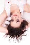Schreiende junge Frau, die auf dem Boden liegt Stockbilder