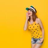 Schreiende junge Frau im gelben Hemd Stockfoto