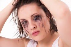 Schreiende junge Frau mit geflossener Wimperntusche Lizenzfreies Stockfoto