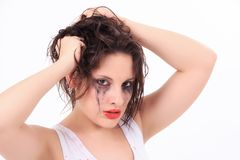 Schreiende junge Frau mit geflossener Wimperntusche Stockfotografie