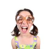 Schreiende Mädchen-tragende Augen-Gläser mit den Augen geschlossen stockfoto