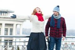 Schreiende rote Haarfrau und -kerl, die zu ihr schaut Sehr glückliche Frau, die auf der Brücke und dem überraschten Mann schreit stockbild
