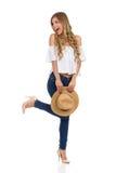Schreiende Sommer-Frau, die auf einem Bein steht Stockbilder