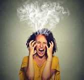 Schreiender Dampfrauch der sehr verärgerten ärgerlichen Frau, der oben vom Kopf herauskommt Stockfotografie