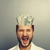 Schreiender Geschäftsmann mit Geld Stockbild