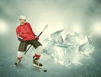 Schreiender Hockeyspieler auf abstraktem Eishintergrund Stockfoto