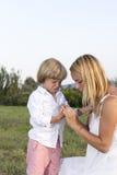 Schreiender junger Junge mit Fingerverletzung stockfotos