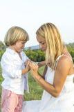 Schreiender junger Junge mit Fingerverletzung lizenzfreies stockfoto