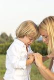 Schreiender junger Junge mit Fingerverletzung Lizenzfreie Stockbilder