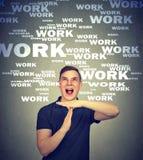 Schreiender Mann überbelastet mit Arbeit lizenzfreies stockfoto