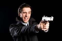 Schreiender Mann, der eine Pistole abfeuert Lizenzfreie Stockbilder
