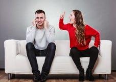 Schreiender Mann der verärgerten Wutfrau schließt seine Ohren stockfotos