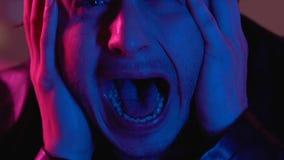 Schreiender Mann, der von der Furcht, Panikattacke schreit, nachdem Drogen, Geistesstörung genommen worden sind stock footage