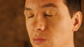 Schreiender Mann mit Rissen auf Gesicht stock footage