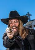 Schreiender Mann zeigt Gewehr Stockbild