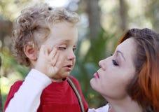 Schreiender Trost des Sohns Mutter Lizenzfreie Stockbilder
