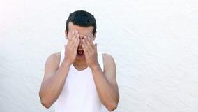 Schreiender und schreiender Jugendlicher gegen weiße Wand stock video footage