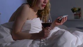 Schreiender weiblicher trinkender Wein im Bett und im Zusammendrücken der Dollarbanknote, Prostitution stock video footage