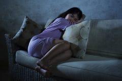 Schreiendes alleinhoffnungsloses der traurigen und deprimierten asiatischen Chinesin und besorgt in leidenden Krise der Schmerz u stockfotografie