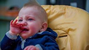 Schreiendes Baby hinter der Tabelle stock footage