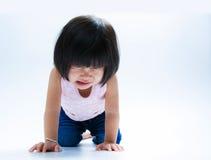 Schreiendes Isolat des asiatischen Mädchens stockfoto