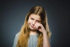Schreiendes Mädchen der Handlung auf grauem Hintergrund lizenzfreies stockbild