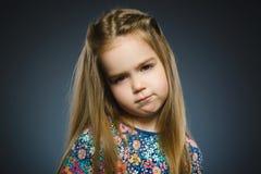 Schreiendes Mädchen der Handlung lokalisiert auf grauem Hintergrund lizenzfreies stockbild