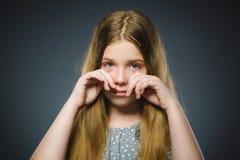 Schreiendes Mädchen der Handlung lokalisiert auf grauem Hintergrund lizenzfreie stockfotos