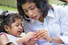 Schreiendes Mädchen mit dem verletzten Finger. lizenzfreie stockbilder
