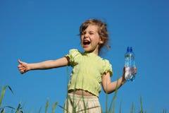 Schreiendes Mädchen mit Plastikflasche mit Wasser Stockfoto