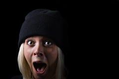 Schreiendes Mädchen auf schwarzem Hintergrund Stockfotos