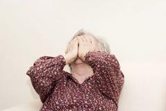 Schreiendes Sitzen der alten Frau Stockfoto
