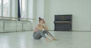 Schreiendes Tänzerumkippen durch unvollständige Leistung stock video footage