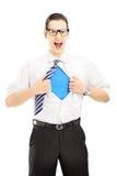 Schreiendes und öffnendes Hemd des Superhelden, leeres blaues T-Shirt undern lizenzfreie stockfotografie