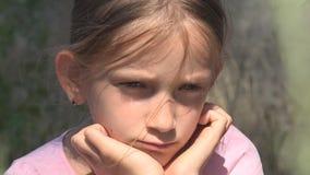 Schreiendes unglückliches Kind mit traurigen Gedächtnissen, obdachloses Streukind, verlassen, elend stock video