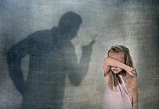 Schreiendes verärgertes tadelndes junges süßes kleines Schulmädchen oder Tochter des Vater- oder Lehrerschattens lizenzfreie stockfotografie