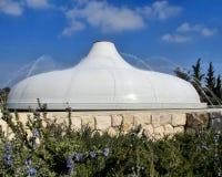 Schrein des Buches in weißem mit Ziegeln gedecktem Dach Jerusalems mit Wasserberieselungsanlagen und blauem Himmel Lizenzfreies Stockbild