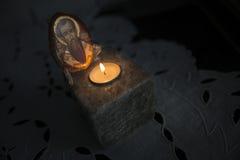 Schrein mit Kerze und heiliger Zahl Lizenzfreie Stockfotos