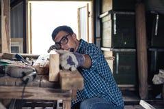 schreinerei Der Tischler planiert das Holz in der Werkstatt Holzbearbeitung, Deckung, diy lizenzfreie stockbilder