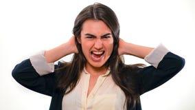 Schreit typischer Büroangestellter Mädchen Brunette mit den Händen, die hinter seinem Kopf umklammert werden Lizenzfreie Stockfotografie